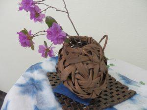 伊那ワイン工房山葡萄の花器と桜